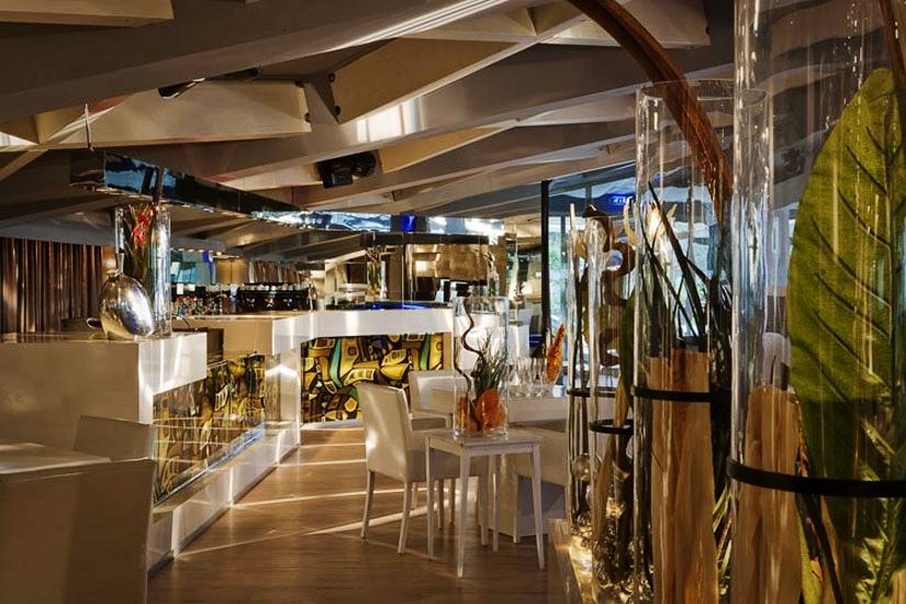 Fabio Madiai Interior Designer: IL PRIVE', LOUNGE BAR E RISTORANTE: IL CUORE DEL LOCALE..........